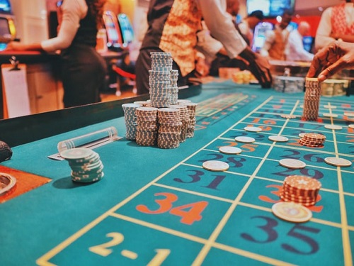 Online or Real Casino Dealer. Which is the Best Job?